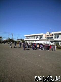 写真: 浅羽南小学校に避難する人達