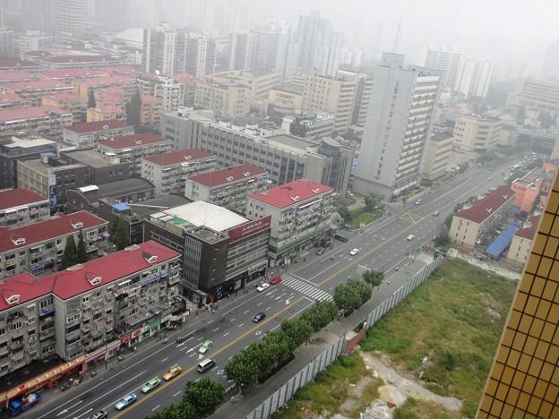 薄曇りの上海 正午の天山路