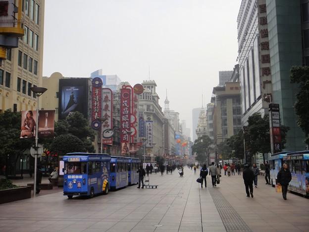 師走の上海南京東路歩行街と電動車