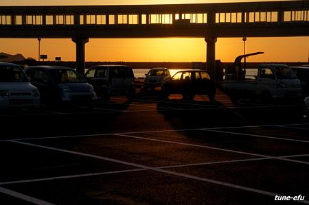 夜明けの駐車場