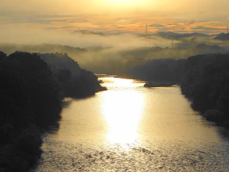 朝焼けと朝霧