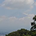 写真: 夏の雲に覆われる富士山