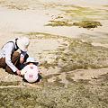 Photos: 綺麗な貝を探す人